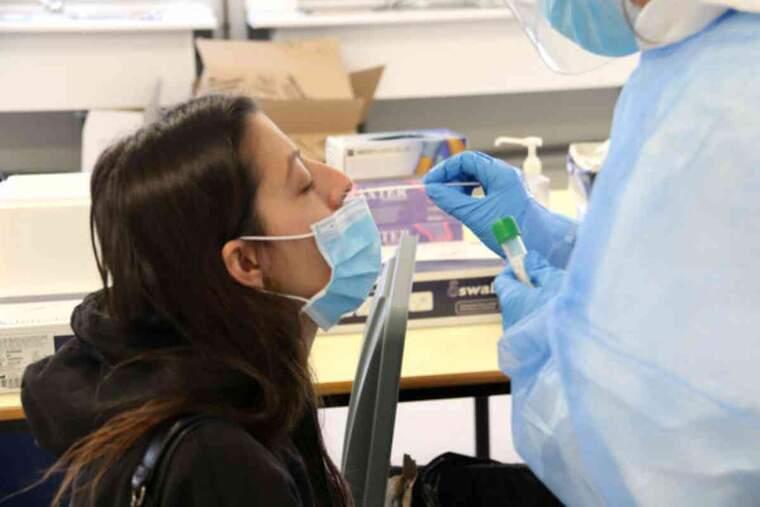 Pla tancat d'una estudiant de la UdG de perfil mentre li fan una PCR en la primera jornada de cribratge massiu