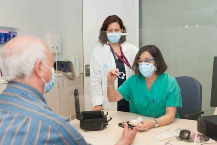 Professionals de Bellvitge informen un pacient sobre l'ús de l'espirometria a domicili