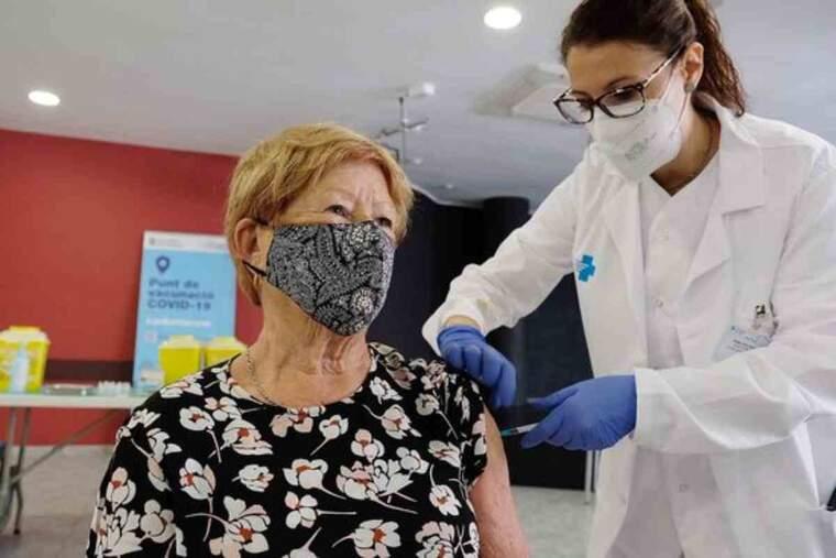 Una professional sanitària administra una de les primeres dosis de la vacuna de Janssen a Catalunya