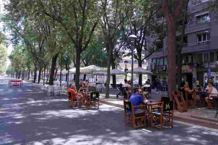 Veïns de Lleida asseguts a la terrassa que el bar Beat ha muntat a l'avinguda Doctora Castells de Lleida