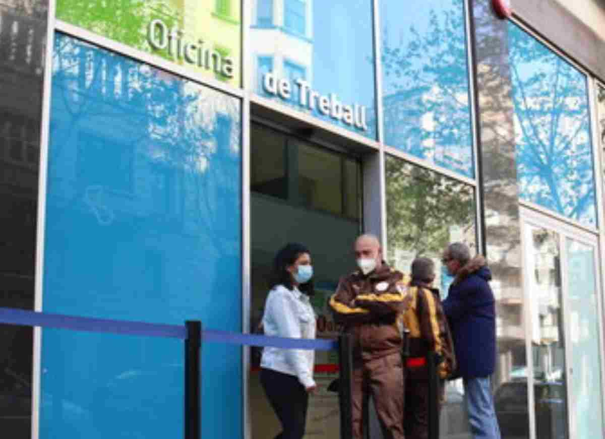 Pla obert de l'Oficina de Treball del carrer Sepúlveda de Barcelona en el primer dia de vaga al SEPE