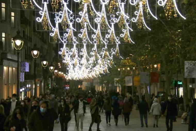 El Portal de l'Àngel de Barcelona, amb els llums de Nadal encesos, el 26 de novembre del 2020.