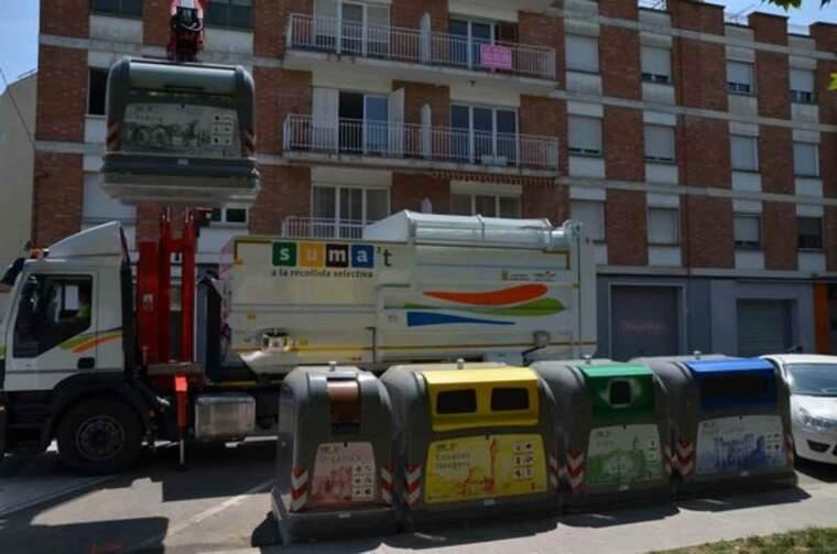 Imatge de diferents contenidors per a la recollida selectiva de residus instal·lats a Mollerussa