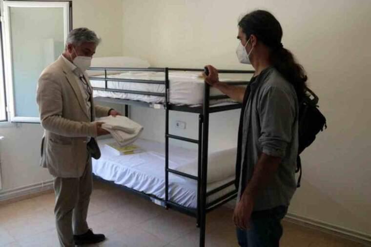 Imatge del tinent d'alcalde de la Paeria de Lleida, Sergi Talamonte, a l'habitació d'un dels pisos de lloguer que es posen a disposició de temporers