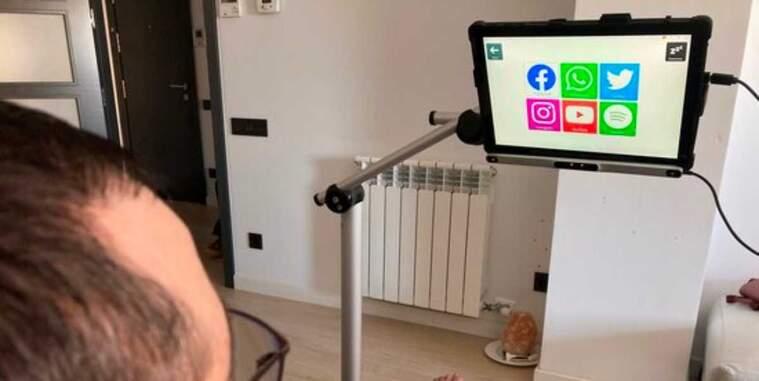 Pla escorç d'un pacient d'ELA utilitzant lectors oculars per comunicar-se