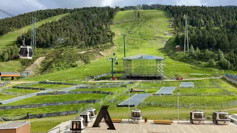 Pla general de la base de la pista de l'Avet de Grandvalira, a Soldeu (Andorra), on es veu el muntatge de l'escenari