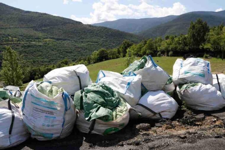 Pla general de plàstics d'ensitjar, malles i cordes dins de bosses grans a la deixalleria de Sort