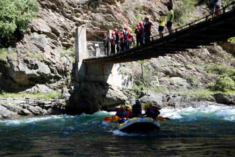 Pla general d'una barca de ràfting al riu Noguera Pallaresa