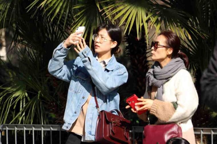 Pla mitjà de dues turistes asiàtiques a Barcelona