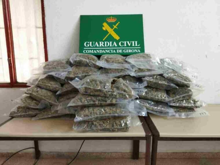 Pla mitjà de les bosses de marihuana requisada per la Guàrdia Civil