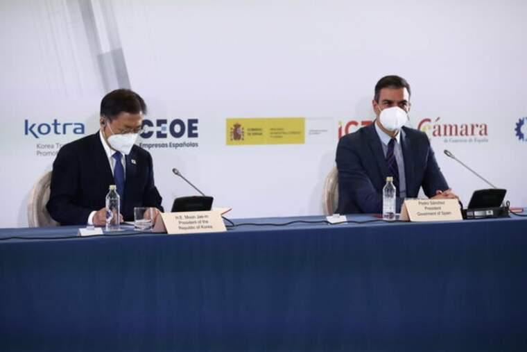 Pla mitjà del president del govern espanyol, Pedro Sánchez, amb el president sudcoreà, Moon Jae-in, en la inauguració del fòrum Espanya-Corea