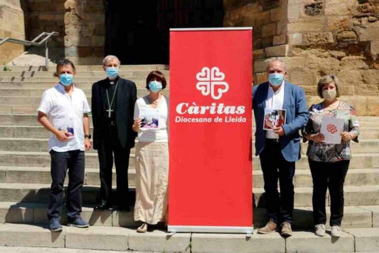 Pla mitjà on es poden veure els responsables de Càritas Lleida, Solsona i Urgell amb el bisbe Salvador Jiménez
