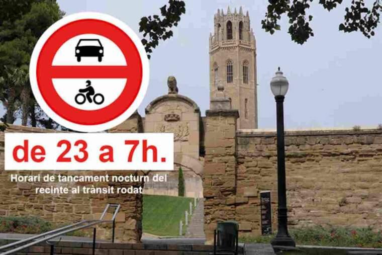 Pla mitjà on es pot veure la porta d'accés al Turó de la Seu Vella pel trànsit rodat amb un senyal de prohibit entrar en horari restringit