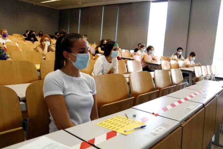 Pla obert d'alumnes asseguts a l'aula per fer els primers exàmens de selectivitat, al Campus de Cappont de Lleida