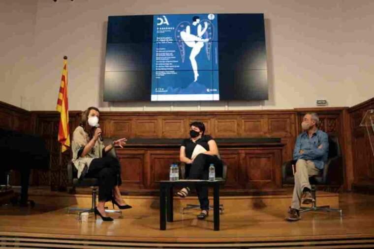 Pla obert de la presentació del Dansàneu 2021, amb la directora del festival, Rut Martínez, el president del Consell Cultural de les Valls d'Àneu, Ferran Rella