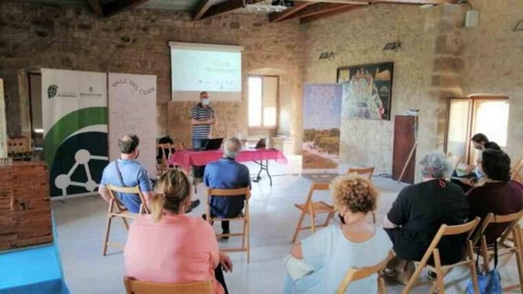 Pla obert de la reunió de l'Associació per al desenvolupament integral de la Vall del Corb, amb representants d'institucions lleidatanes