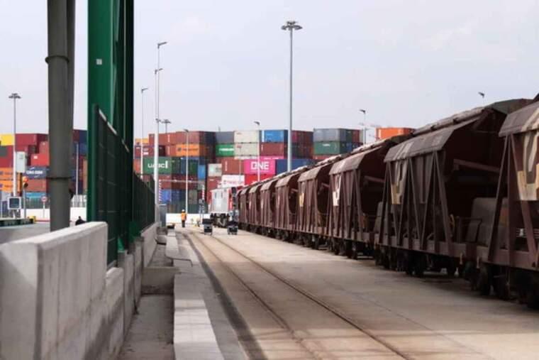 Pla obert de la via de FGC que va fins la terminal d'ICL al Port de Barcelona amb contenidors