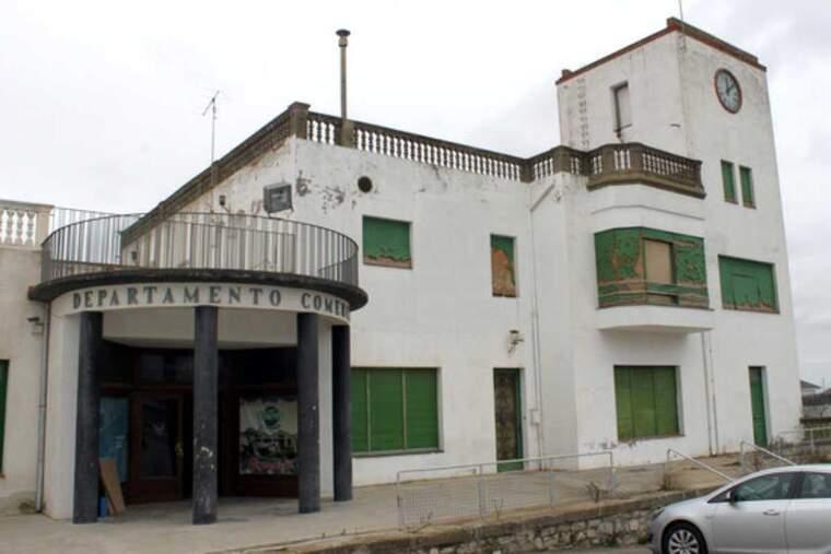 Pla obert de l'antic edifici comercial i residencial de Cal Trepat en una imatge d'arxiu