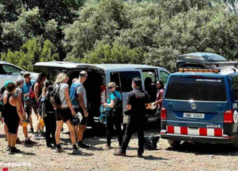 Pla obert dels Mossos d'Esquadra fent una inspecció a una empresa contradada per un grup per fer activitats al medi natural