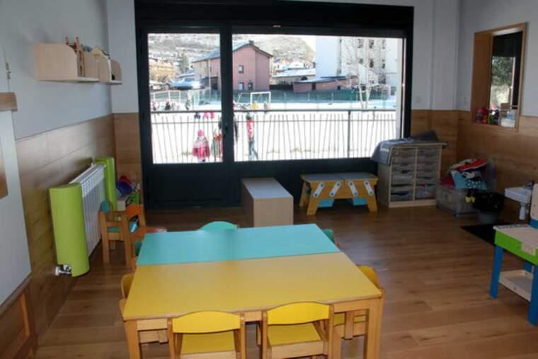Pla obert d'una aula de la Llar d'infants Els Esquirolets de Llívia (Cerdanya) i on es veuen alumnes del centre i de l'Escola Jaume I al pati