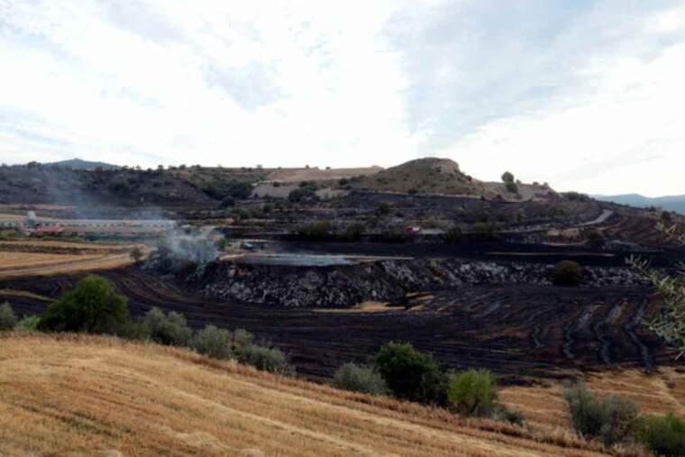 Pla obert d'una zona afectada per l'incendi a Alfarràs, amb una granja a prop