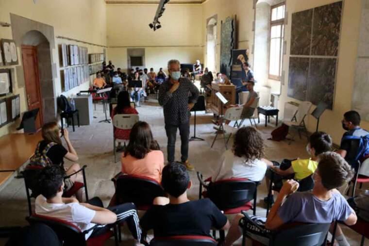 Un moment de l'assaig de la Jove Capella Reial de Catalunya amb escolars del Solsonès