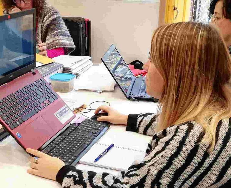 Una noia en un ordinador