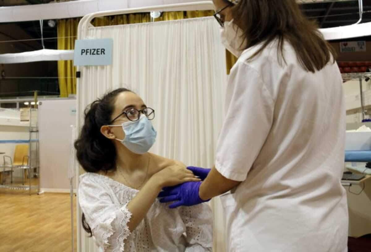 Mercedes Ferreira, de 18 anys, rebent la vacuna contra la covid-19 al Pavelló Onze de Setembre de Lleida