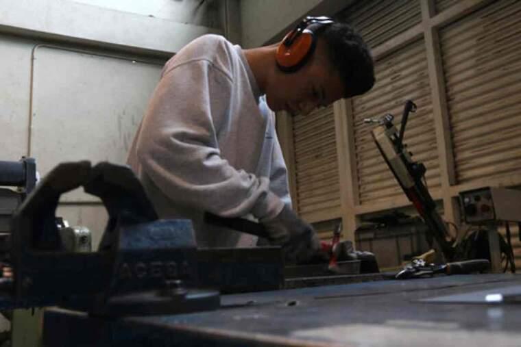 Imatge d'un noi estudiant d'FP en un taller d'automoció a l'Institut Joan Oró de Martorell