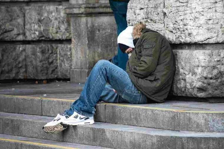 Imatge d'una persona sense sostre