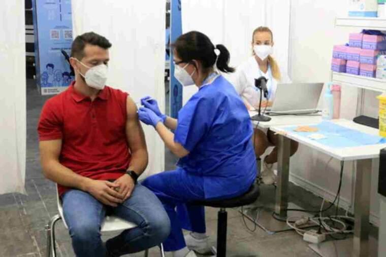 La infermera Mercè Costas punxa la dosis número 500.000 de Fira de Barcelona, punt de vacunació massiu
