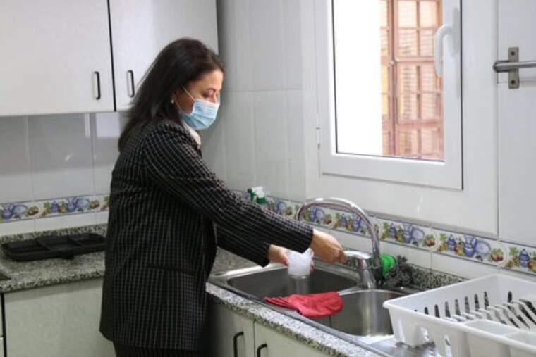 María del Pilar, usuària del Centre Residencial d'Inclusió La Llavor per a dones sense llar, a la cuina del centre