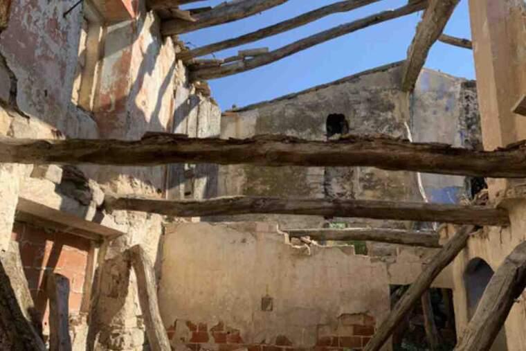 Pla detall de l'interior del molí fariner del Valls, a Ciutadilla