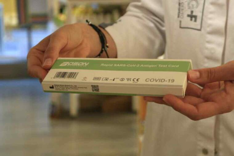 Pla detall d'una capsa d'un test d'antígens ràpid de la covid-19 en una farmàcia, el dia abans que entri en vigor la regulació de la venda