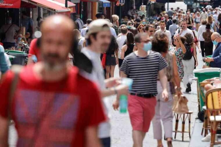 Pla general d'un carrer a París, França, el dia que queia l'obligació de portar mascareta a l'aire lliure