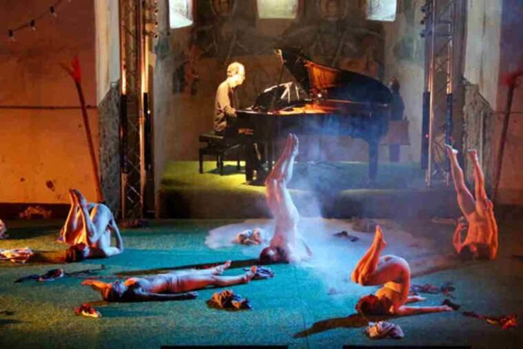 Pla general d'una escena del ballet 'Els focs de Sant Joan' que s'ha representat en el marc del Dansàneu