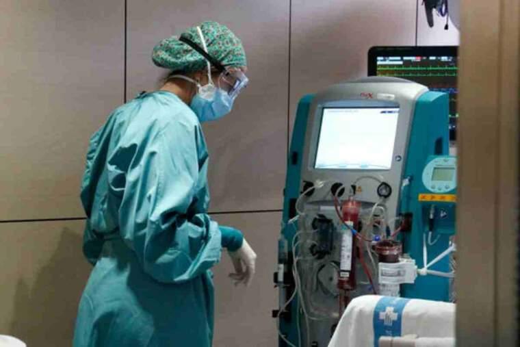 Pla general d'una infermera mirant-se una màquina amb el filtre Seraph 100 després de ser utilitzat per filtrar la sang d'un pacientSalut alerta que la situació assistencial és 'crítica'