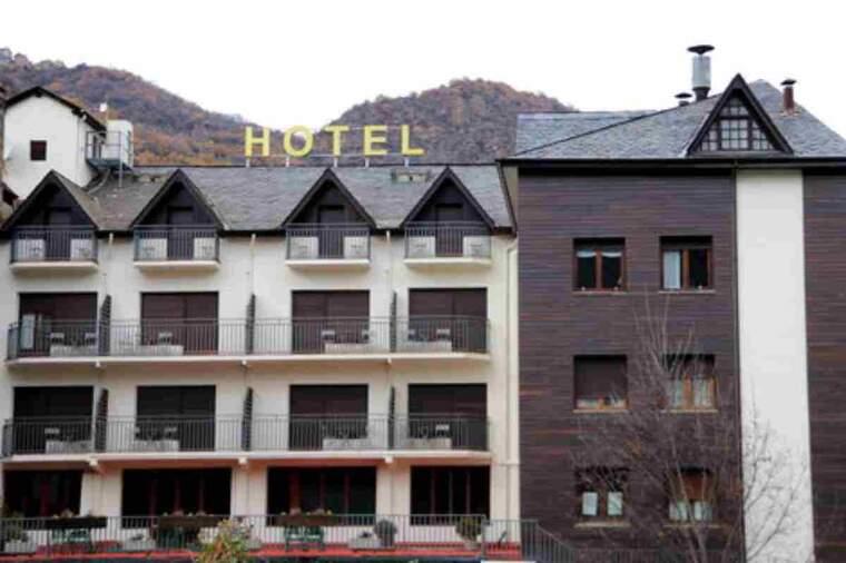 Pla obert de la façana d'un hotel de Sort