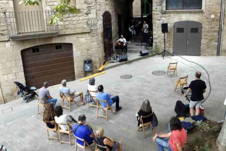 Pla obert de l'actuació del grup Músic Trick a la plaça de Sant Joan de Solsona