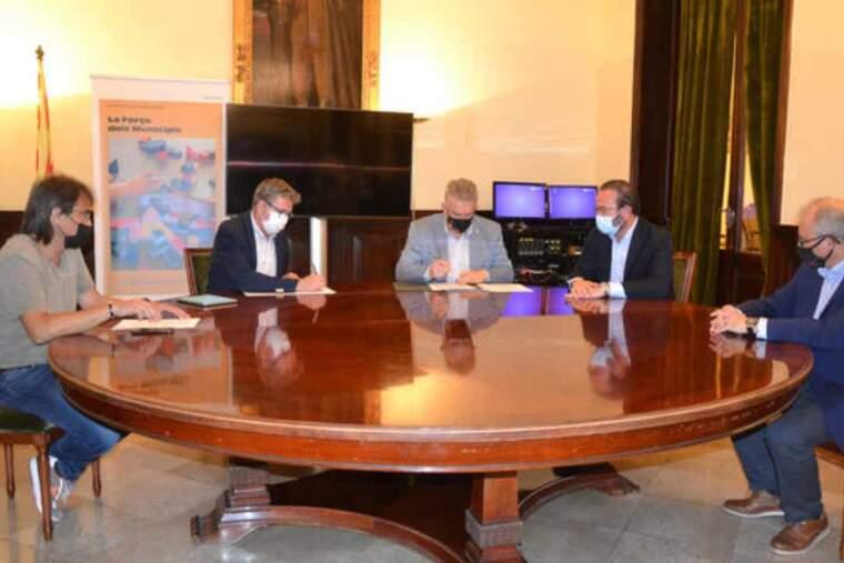 Pla obert del moment de la signatura de l'acord entre la Diputació de Lleida i la Cambra de Comerç