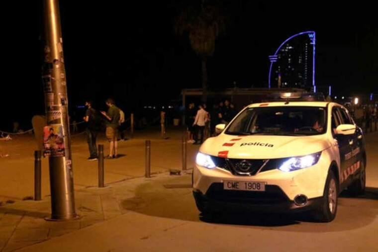 Un cotxe dels Mossos patrulla per la Barceloneta poc abans del toc de queda