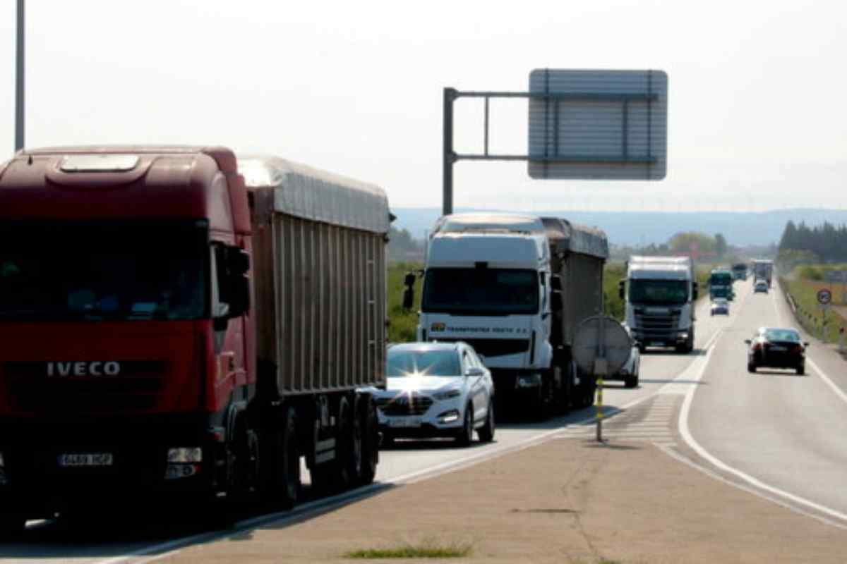 Pla obert de camions circulant per l'N-240 abans d'arribar a la rotonda de Margalef, al terme municipal de Torregrossa