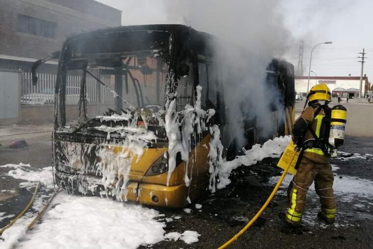 Crema un autobús urbà que viatjava sense passatgers al polígon El Segre de Lleida. Imatge de l'11 d'agost.