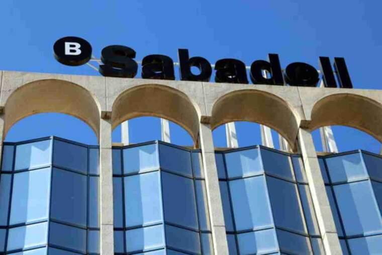 Detall del rètol del Banc Sabadell a sobre de l'edifici d'Alacant, on s'ha decidit traslladar la seu central de l'entitat
