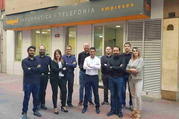 L'equip de Midgard, davant a les seves oficines al carrer Comerç de Lleida