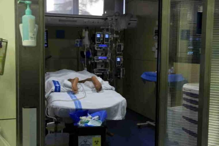 Pacient ingressat a l'UCI de Vall d'Hebron per covid-19, en posició de decúbit pron, és a dir, boca avall
