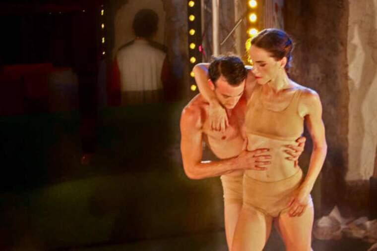 Pla de detall de dos ballarins interpretant una escena del 'Els focs de Sant Joan' en el marc del Dansàneu