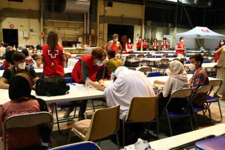Pla general de ciutadans afganesos evacuats de Kabul atesos per personal de la Creu Roja a la base aèria de Torrejón