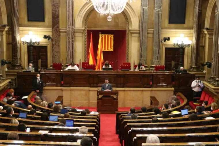 Pla general de l'hemicicle mentre intervé el president de Govern, Pere Aragonès