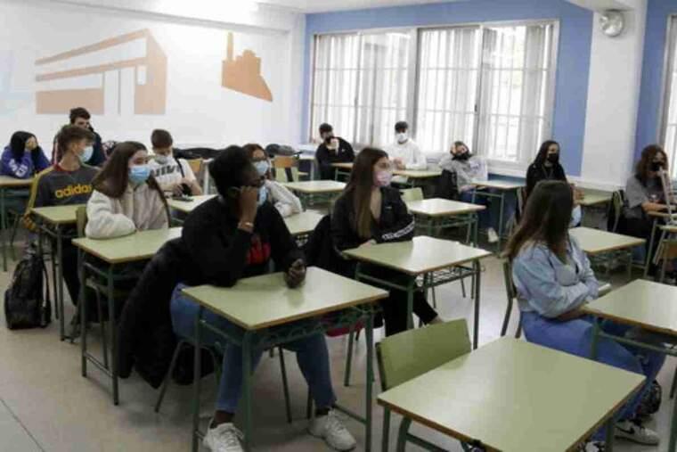 Pla obert d'alumnes de l'Institut Josep Lladonosa de Lleida escoltant una xerrada d'una voluntària de Càritas sobre el voluntariat